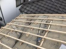切り妻式屋根の不陸調整作業