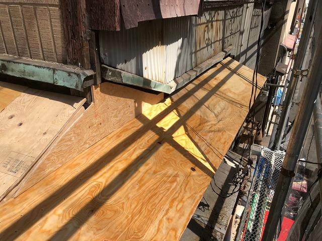 奈良市の下屋根部分の屋根葺き替え工事の野地板のメンテナンス