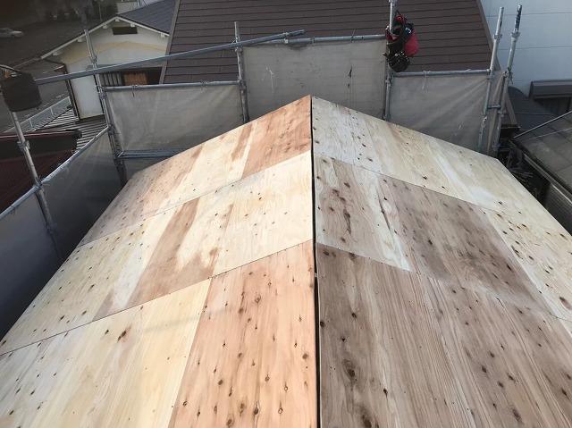 王寺町の瓦屋根に新しい野地板設置
