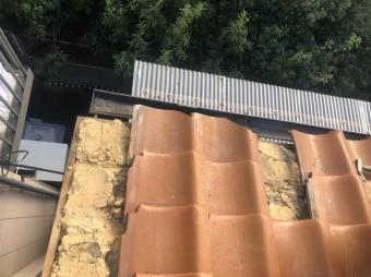 三宅町で欠けや割れがあるオレンジ色の瓦屋根の様子