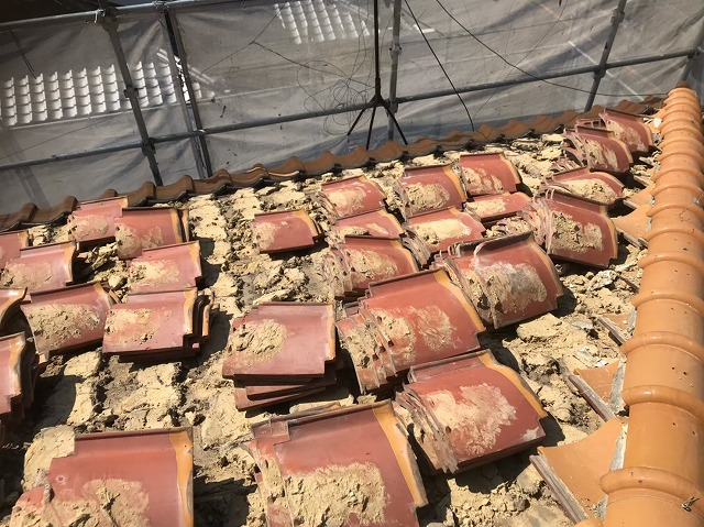 瓦と葺き土の撤去