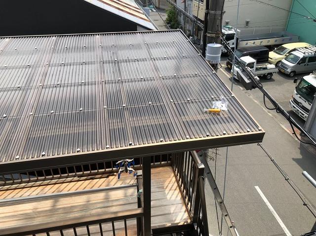 奈良市の屋根葺き替え工事でベランダの波板修理