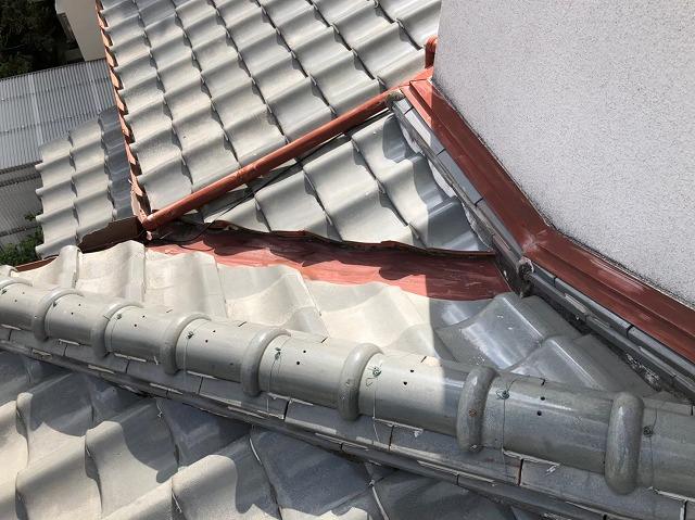 橿原市の下屋根の谷板金の塗装前