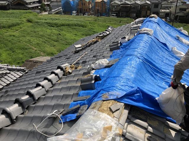 葺き替え工事開始で瓦の撤去