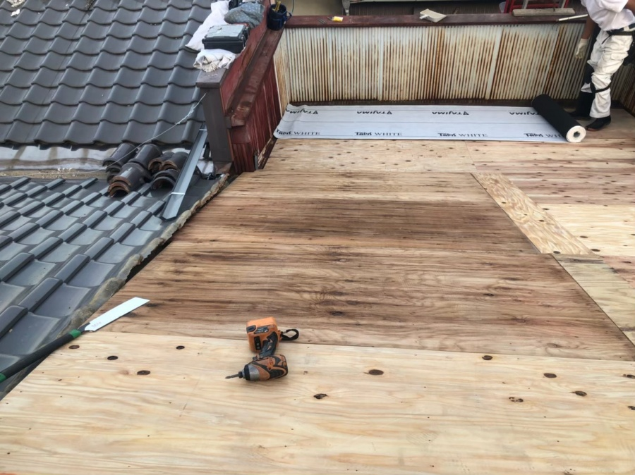 奈良市の屋根工事で構造用合板の増し張り作業の様子