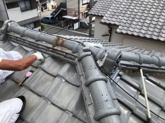 橿原市で大屋根の漆喰詰め直し中