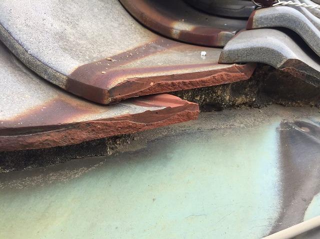 谷板金と瓦の隙間