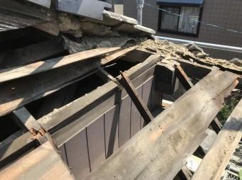 王寺町で妻下瓦の解体作業