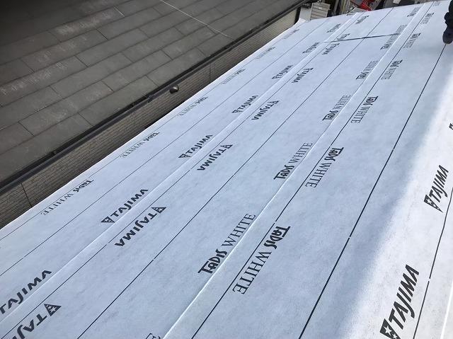 王寺町の瓦屋根に新しい防水紙貼り
