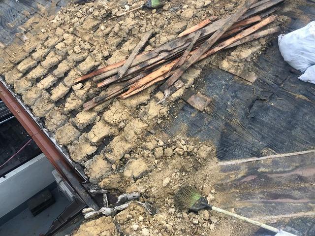 瓦と葺き土の撤去途中