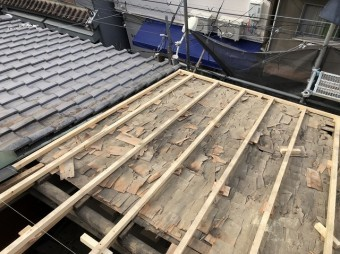 屋根の下地作りの様子
