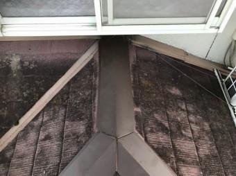 田原本町で新しい棟板金を設置したカラーベスト下屋根