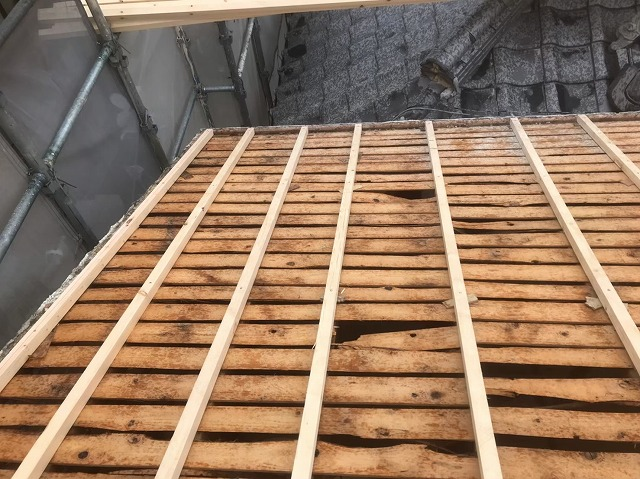 古い野地板を補強垂木でかさ上げ