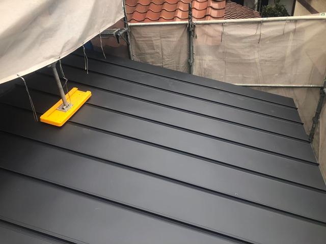 香芝市の新築住宅の下屋根の立平葺き