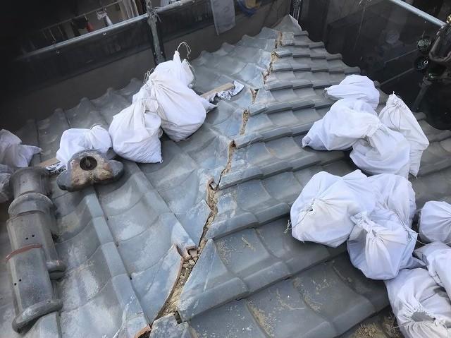生駒市の大屋根の棟瓦を撤去