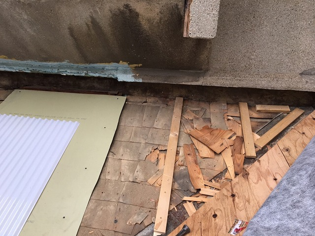下屋根の瓦を剥がしました