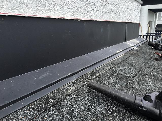 奈良市のマンション玄関屋根の雨樋リフォーム工事シーリング前