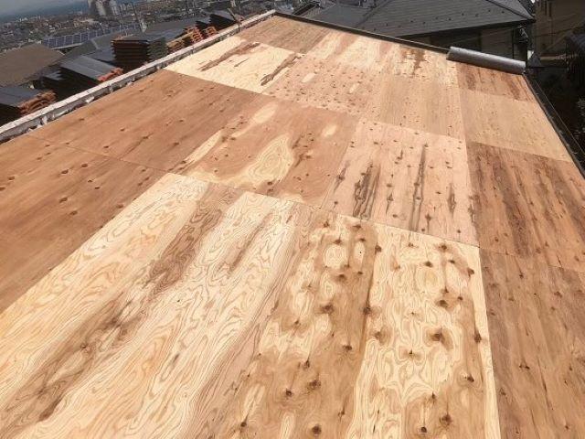 香芝市の平板瓦屋根の屋根下地に野地板を増し張り