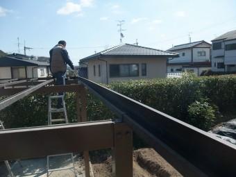 波板撤去後の物干し場の屋根を清掃