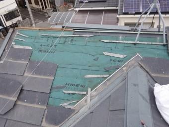 補修中のスレート屋根