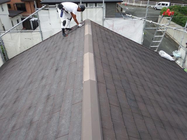 生駒市で割れたカラーベスト屋根の補修メンテナンスで棟板金を取り外し