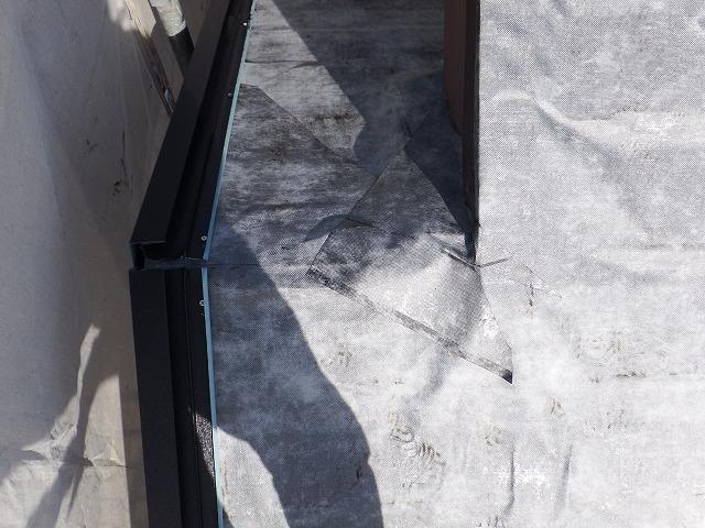 生駒市でカバー工法工事の為、粘着ルーフィングを設置 下り棟付近