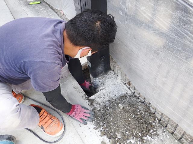 柱の土間を掘り取り除く作業中