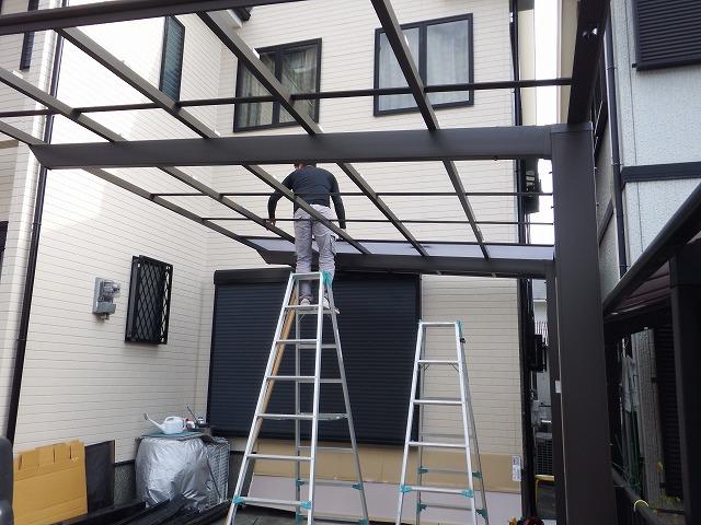 橿原市で新しいカーポート屋根を設置中