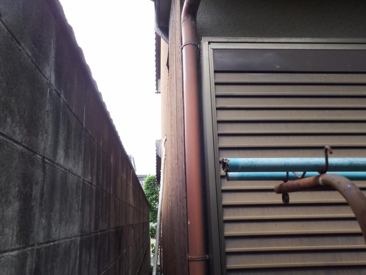 橿原市の2階建瓦屋根の住宅の竪樋