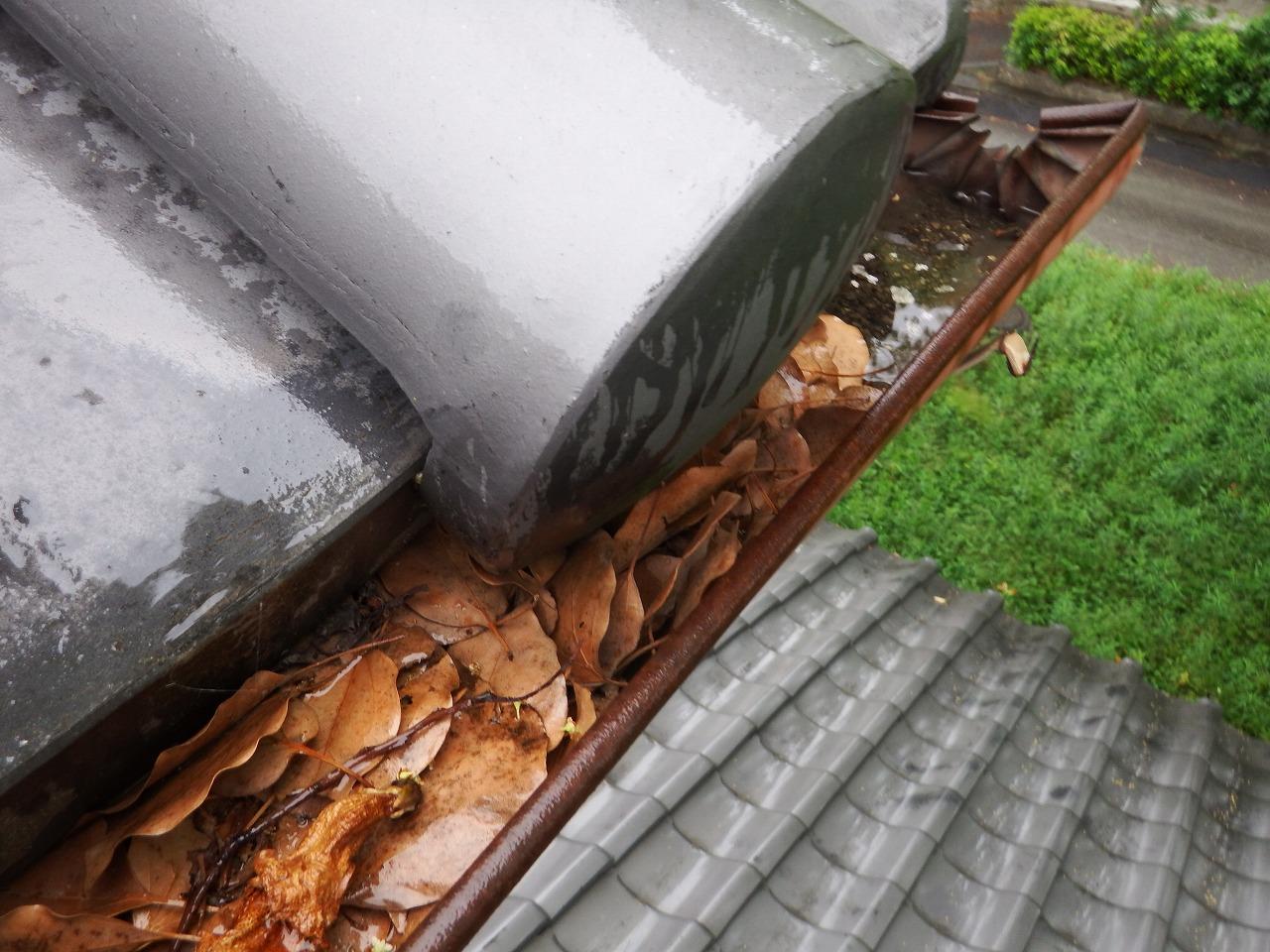 橿原市の瓦屋根の住宅の落ち葉の妻った雨樋