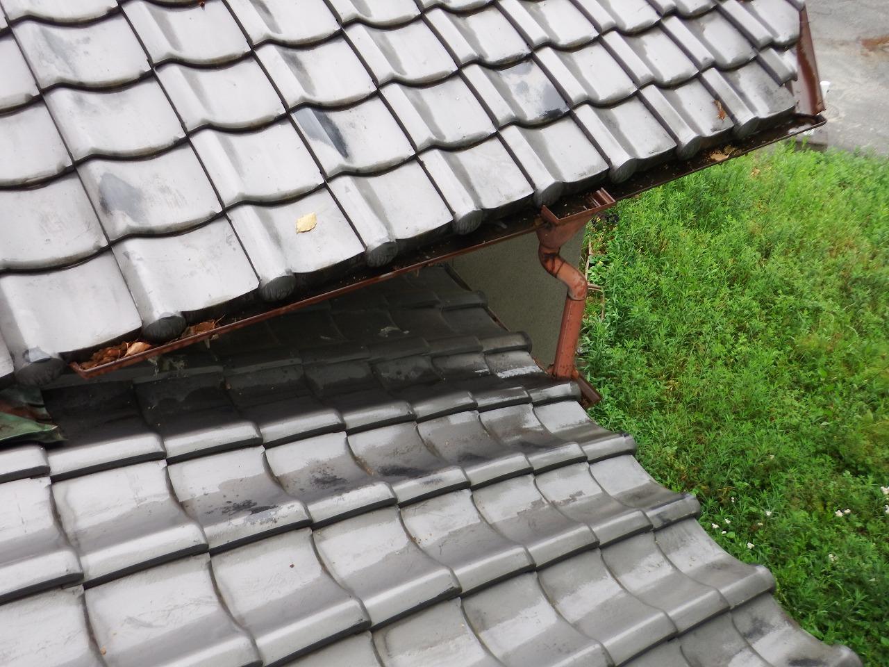橿原市の2階建瓦屋根の住宅の雨樋