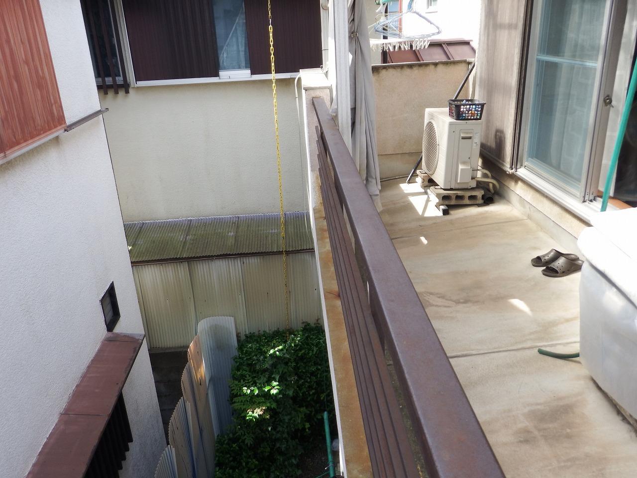 奈良市の強風で屋根に穴が空いたベランダ