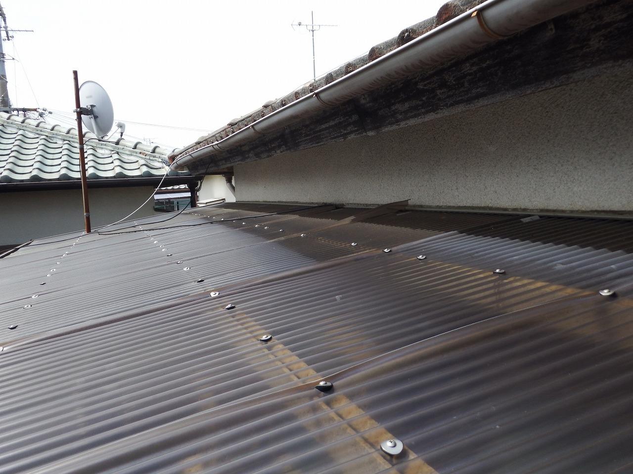 奈良市のベランダの古い波板屋根 施工前