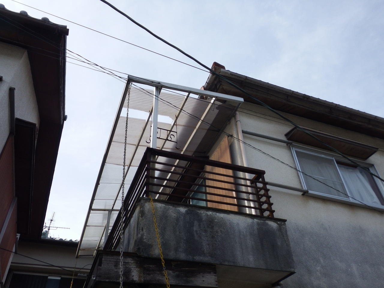 奈良市の強風で穴が空いたベランダ屋根