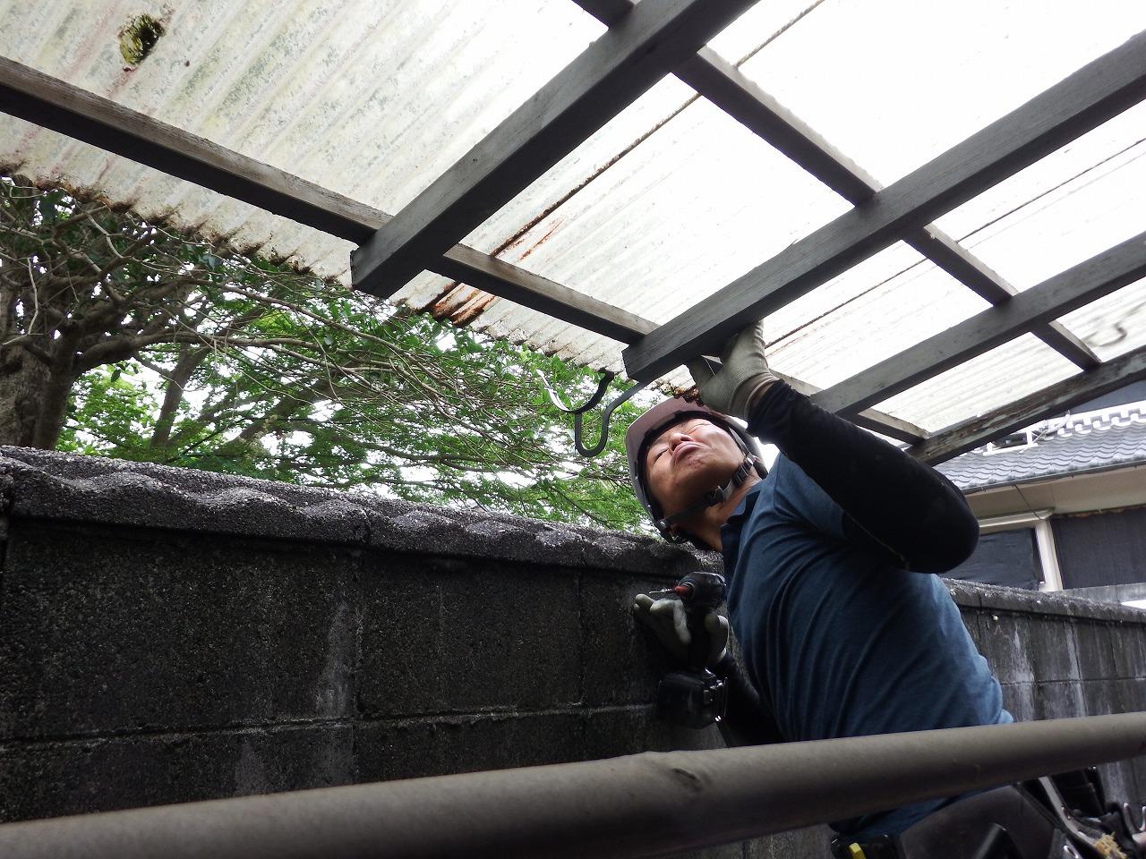 橿原市の雨樋工事、テラス屋根の雨樋金具確認