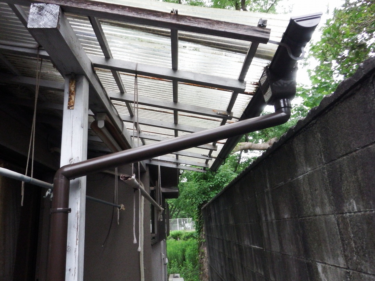 橿原市の雨樋工事、テラス屋根の雨樋設置