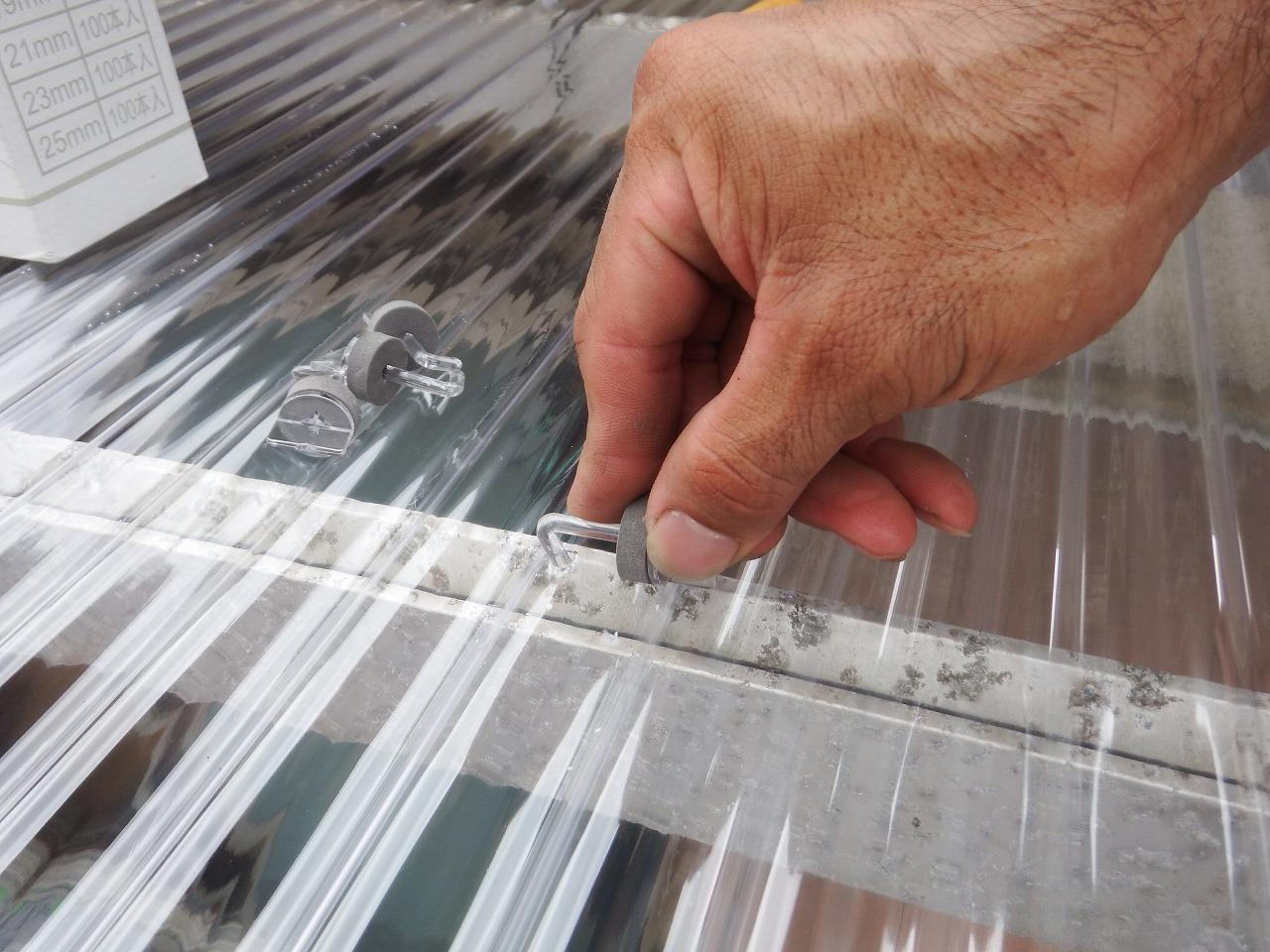 奈良市のポリカ波板のフックボルト設置