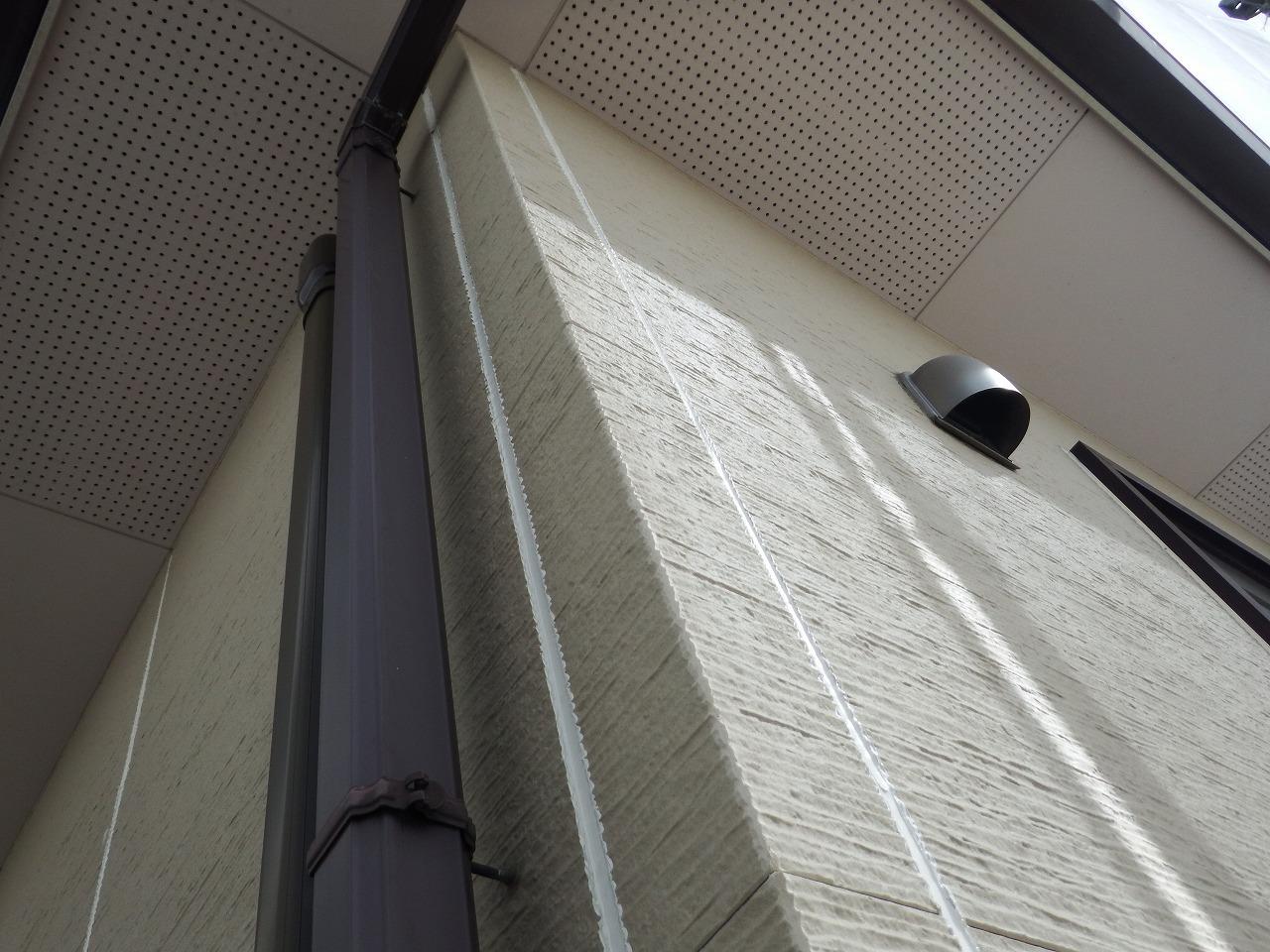 生駒市の屋根塗装現場で外壁のシール打ち