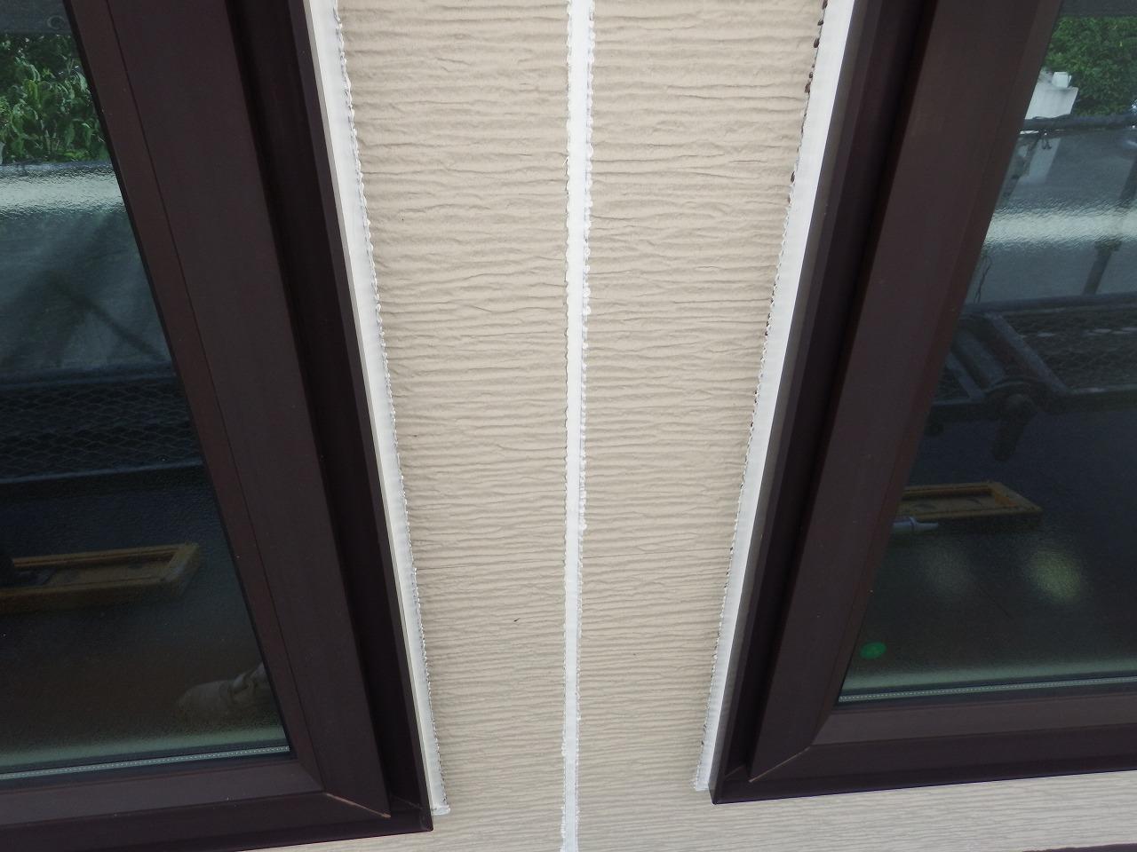 生駒市の外壁塗装現場で外壁のシール打ち