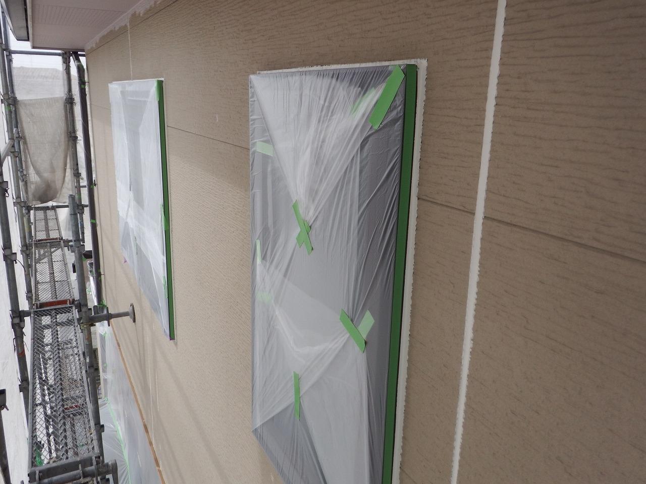 生駒市の外壁塗装工事、養生作業(窓)