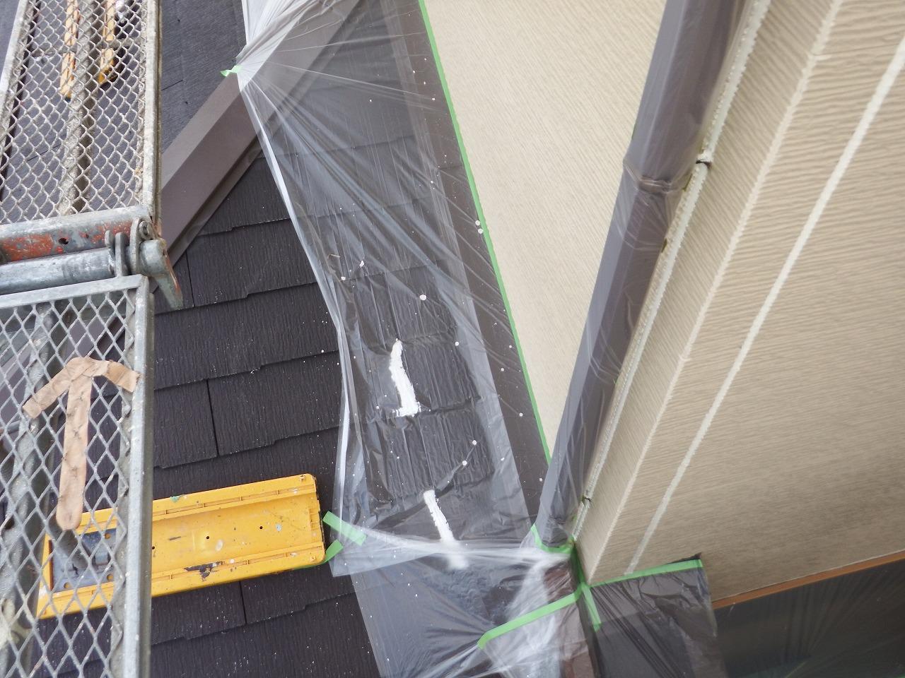 生駒市の外壁塗装工事、養生作業(雨樋)