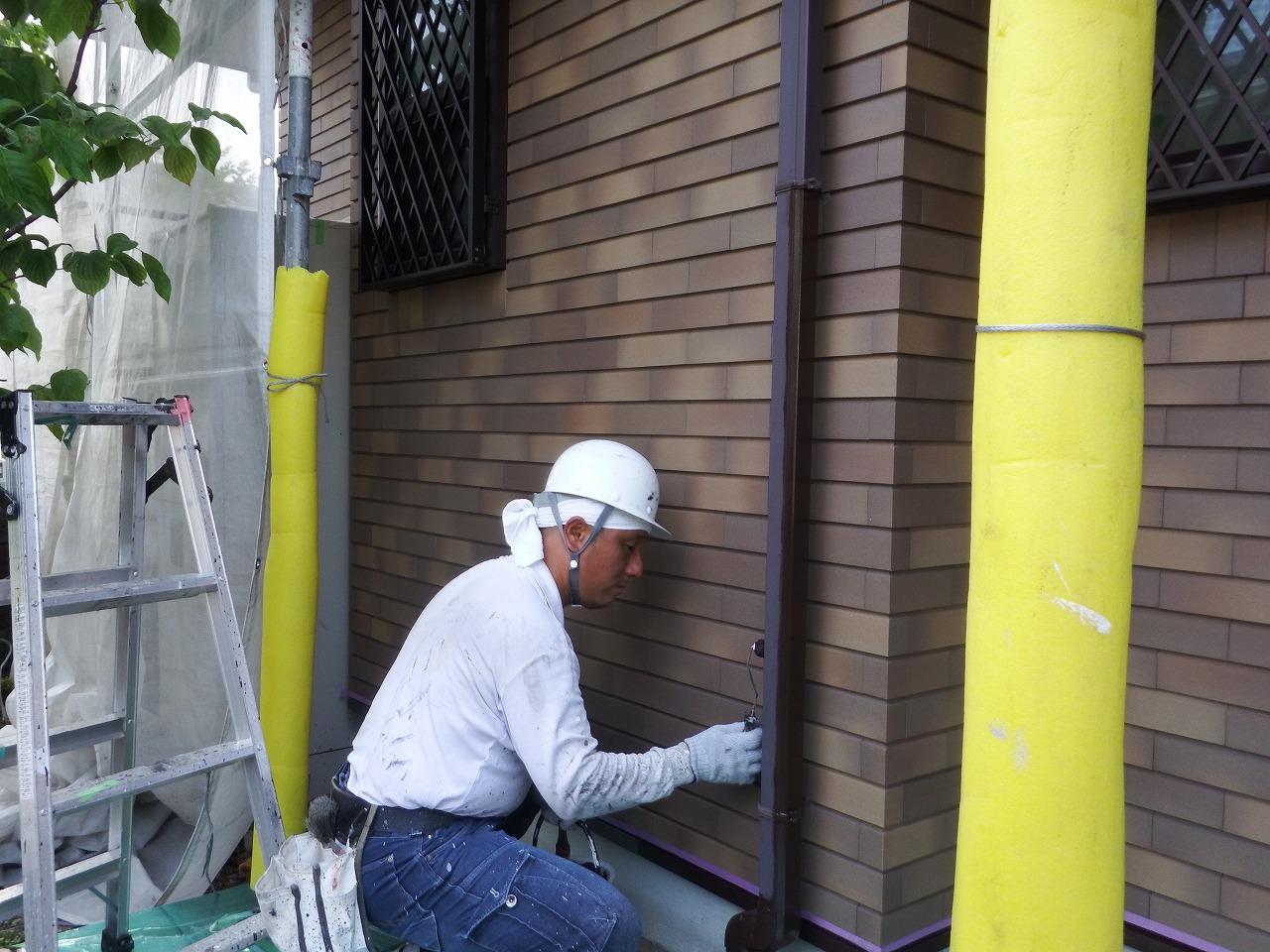 生駒市の外壁塗装工事現場で雨樋塗装(縦樋)