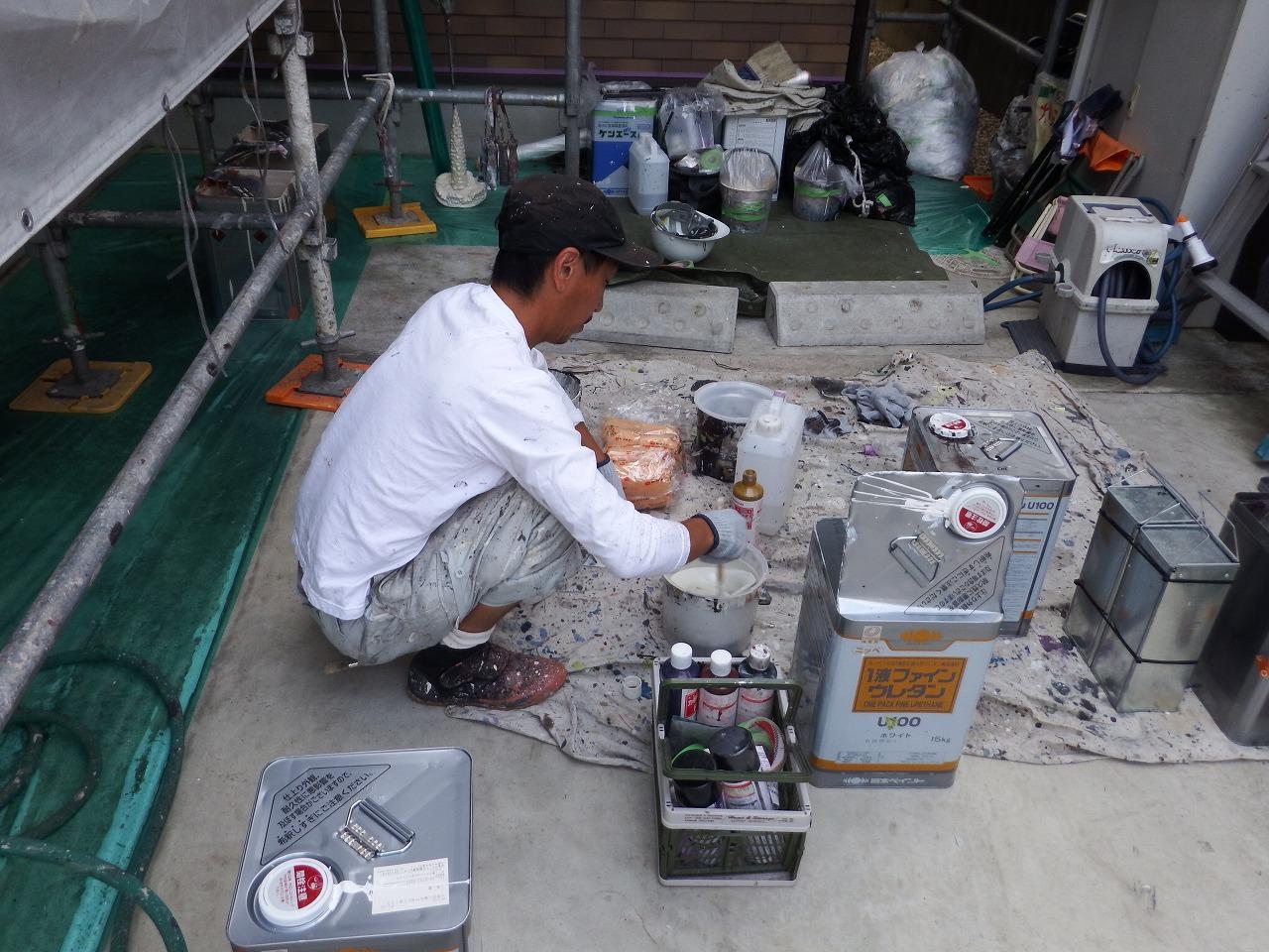 生駒市の外壁塗装工事現場で塗料の調合中