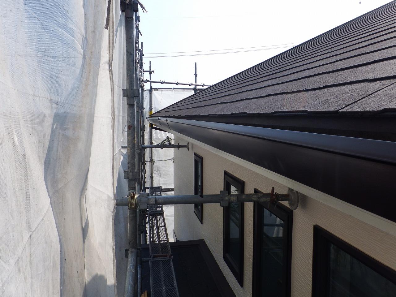生駒市の外壁塗装工事現場で雨樋塗装