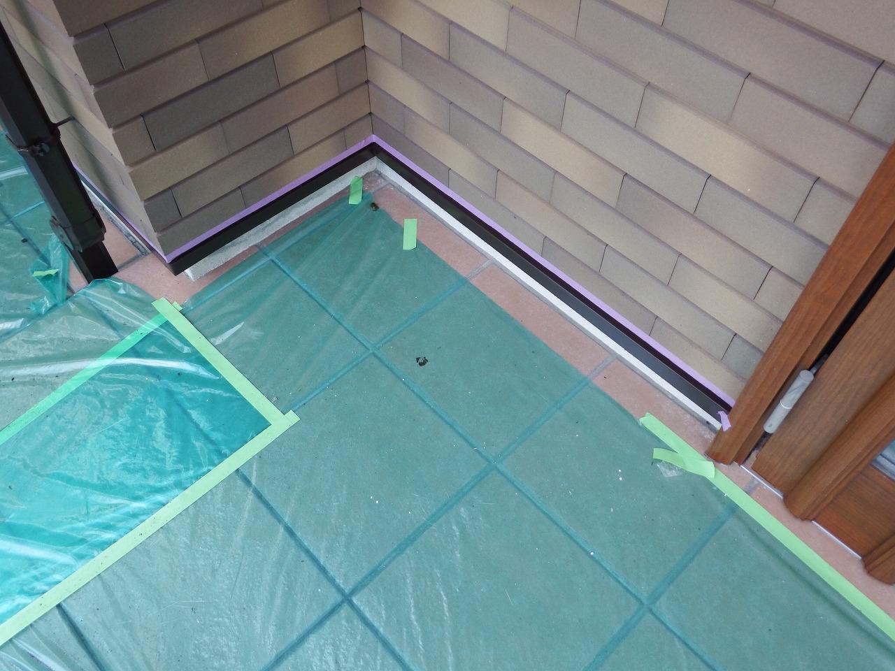 生駒市の外壁塗装工事現場で水切り塗装