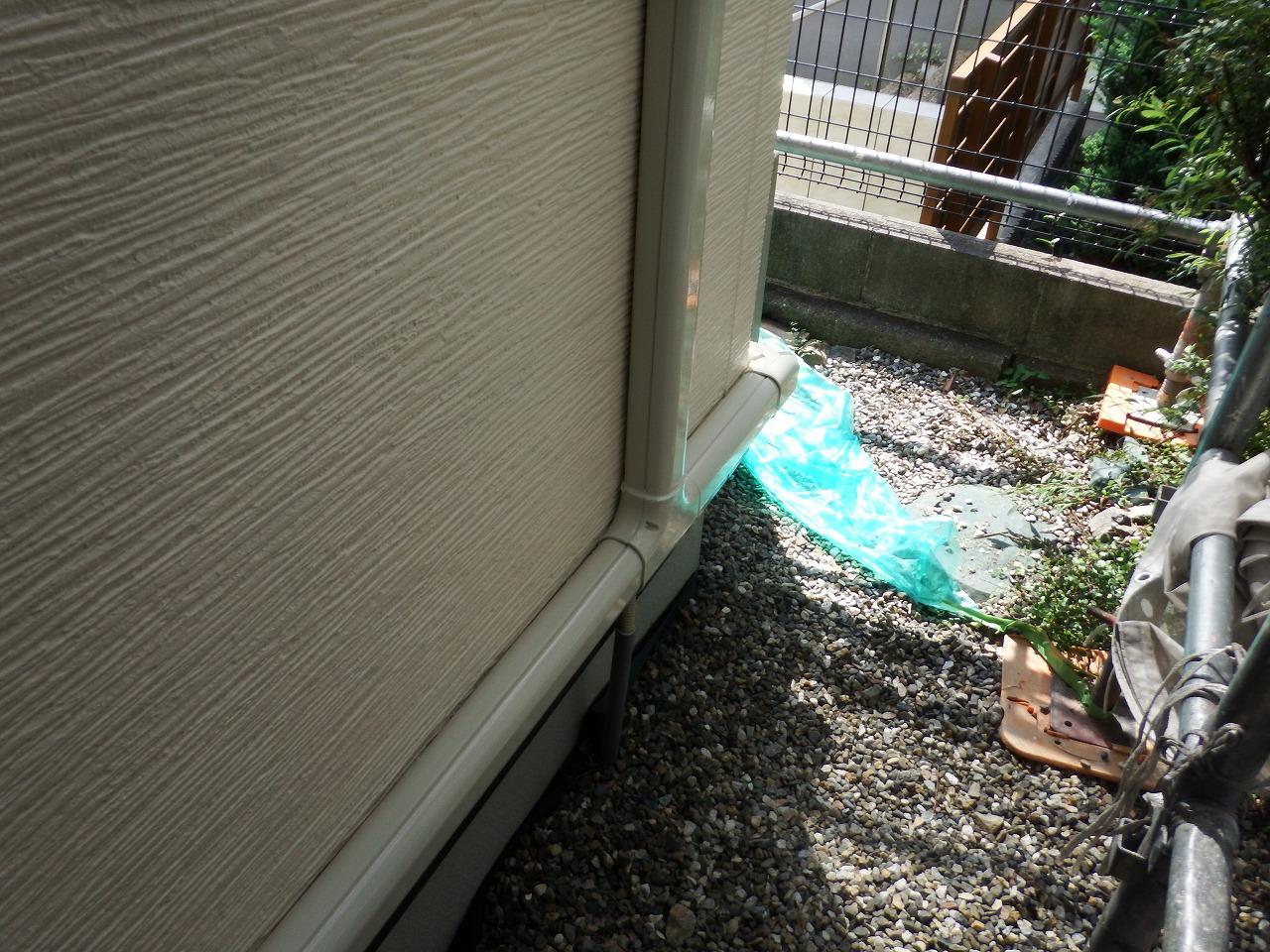 生駒市の外壁塗装工事現場でエアコンダクトカバー塗装