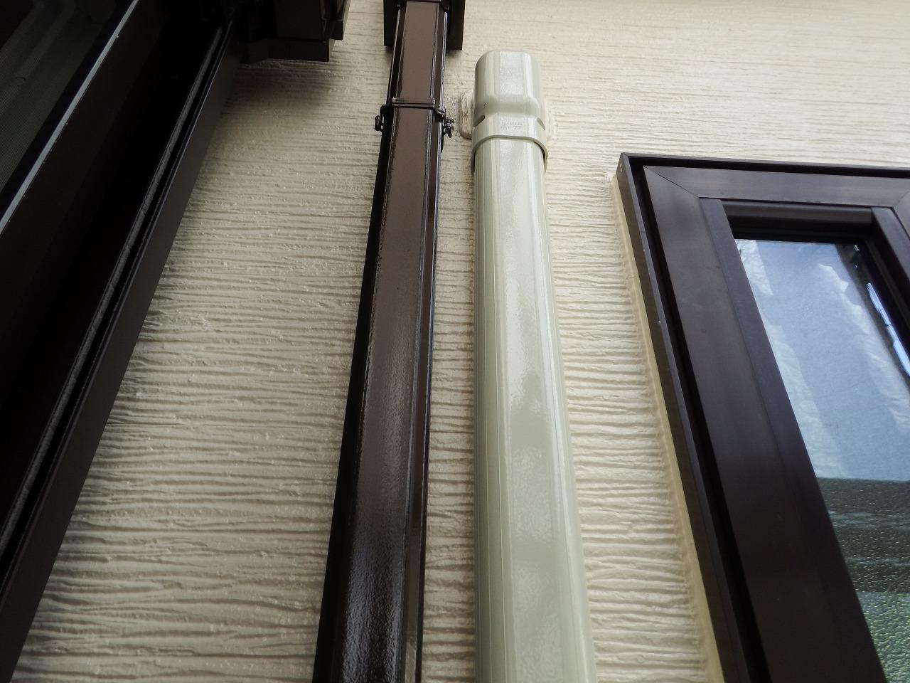 生駒市の外壁塗装工事現場で雨樋とエアコンダクトカバー