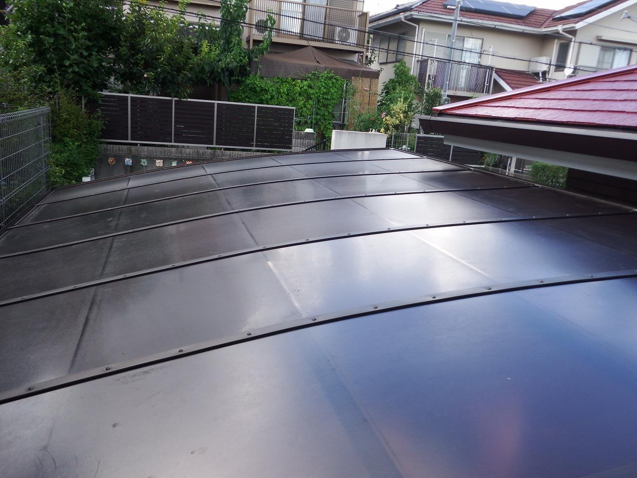 生駒市の塗装工事、隣接するカーポート屋根の取り付け
