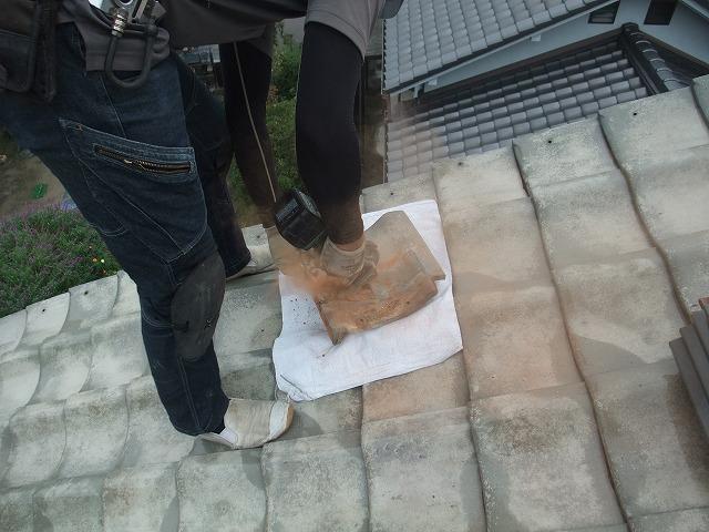 屋根修繕のために瓦加工