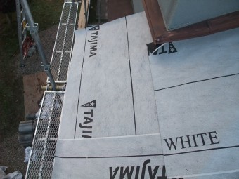 下屋根に防水紙を設置
